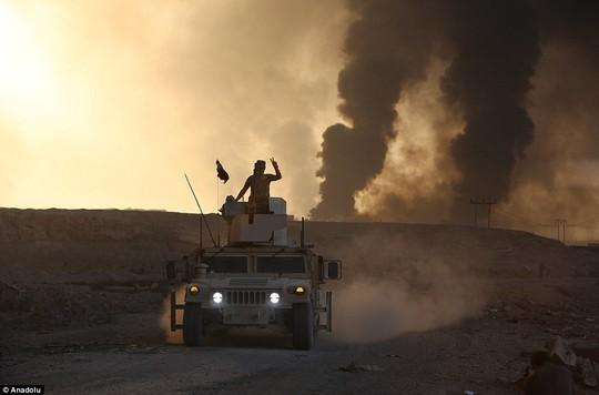 IS đốt giếng dầu tạo khói đen hạn chế tấm nhìn phi công chiến đấu cơ. Ảnh: Anadolu