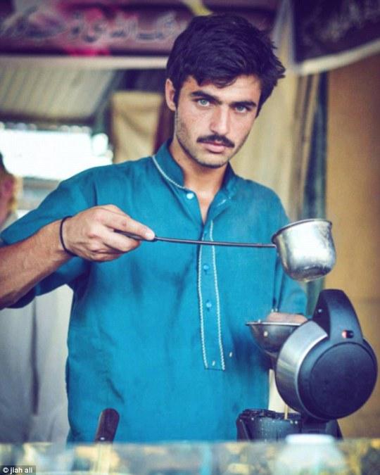 Bức ảnh đem lại sự nổi tiếng cho chàng trai bán trà Arshad Khan. Ảnh: Jiah Ali