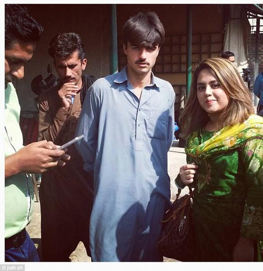 Khan chụp ảnh cùng nữ nhiếp ảnh gia Ali. Ảnh: Jiah Ali