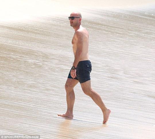 Dù đã bước sang tuổi 44 và chia tay sân cỏ khá lâu nhưng Shearer vẫn giữa được thân hình săn chắc
