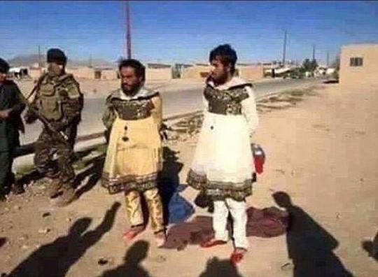 Hai người đàn ông được cho là thành viên của IS mặc váy để bỏ trốn khỏi Mosul. Ảnh: Daily Mail