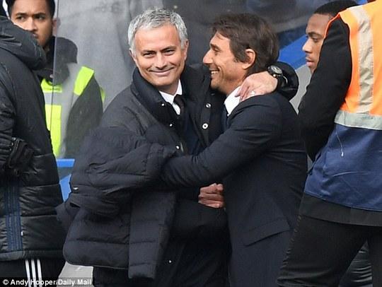 Hai người vui vẻ với nhau trước trận