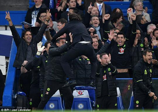 Màn ăn mừng của Conte khiến Mourinho dị ứng