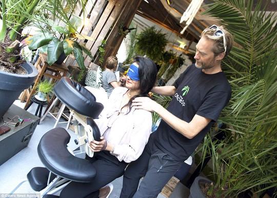 Khách hàng được massage thư giãn. Ảnh: Caters News Agency