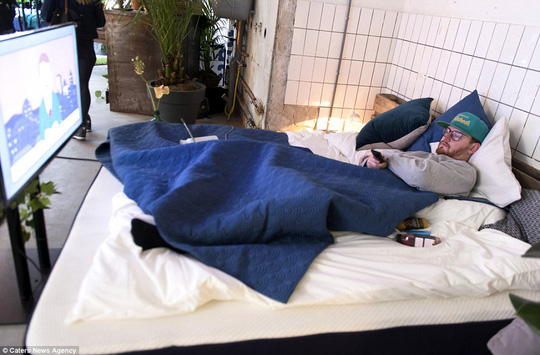 The Hangover Bar trang bị giường nệm, TV riêng cho khách hàng. Ảnh: Caters News Agency