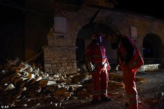 Trận động đất khiến nhiều thị trấn chìm trong bóng tối. Ảnh: AP, Twitter