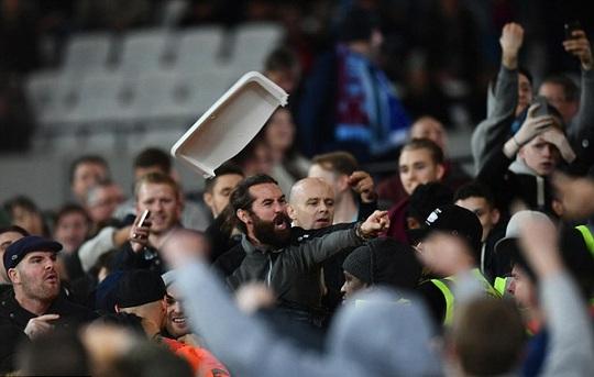 CĐV West Ham hung hăng tấn công fan Chelsea