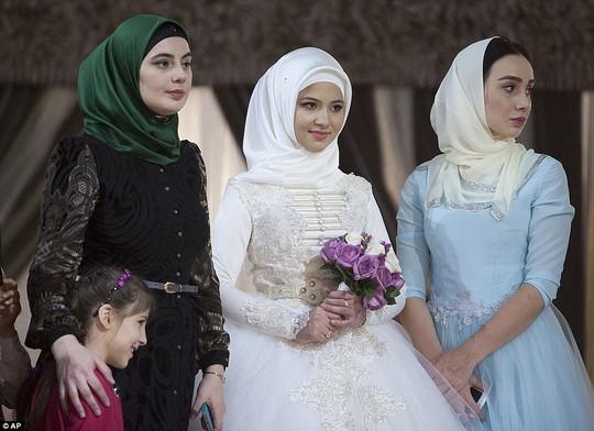 Cô dâu cùng người thân trong trang phục truyền thống. Ảnh: AP