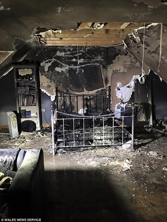 Căn phòng bị phá hủy hoàn toàn của nữ sinh 15 tuổi. Ảnh: Wales News Service