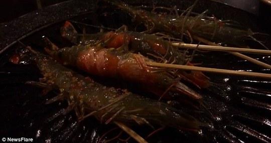 Món ăn phổ biến này cũng vấp phải chỉ trích của nhóm bảo vệ quyền lợi động vật. Ảnh: NewsFlare