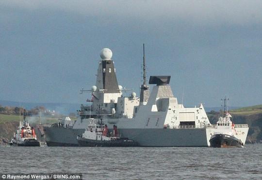 Chiếc HMS Duncan trên đường bị kéo về cảng hôm 23-11. Ảnh: Raymond Wergan