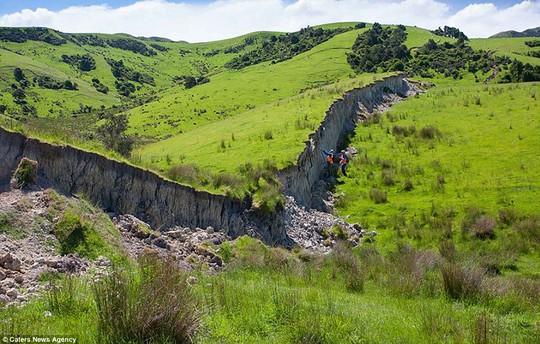 Bức tường cao gần 5 mét được hình thành do đất đá bị trồi lên sau trận động đất. Ảnh: Caters News Agency