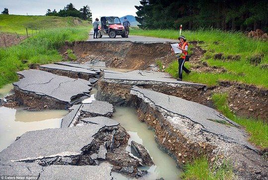 Nhiều tuyến đường bị nứt nẻ, biến dạng. Ảnh: Caters News Agency