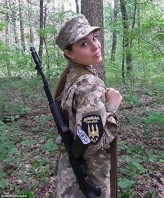 Hình ảnh những nữ binh sĩ Ukraine xinh đẹp ở tiền tuyến. Ảnh: CEN