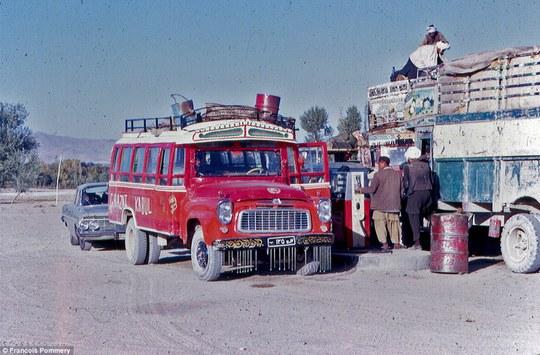 Một trạm xăng ở thủ đô Kabul năm 1974. Ảnh: Francois Pommery