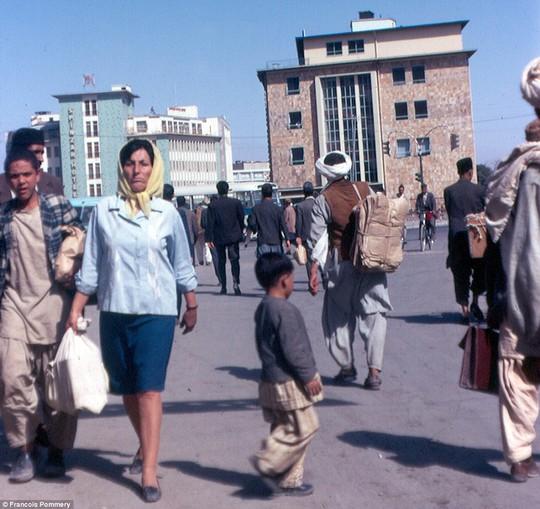 Nhiếp ảnh gia Francois Pommery trở lại Afghanistan vào năm 1974. Bức ảnh chụp ngoài khách sạn Spinzar ở thủ đô Kabul. Ảnh: Francois Pommery