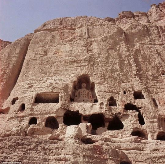 Những tượng phật được khắc vào núi đá ở tỉnh Bamiyan bị Taliban phá hủy năm 2001. Ảnh: Francois Pommery