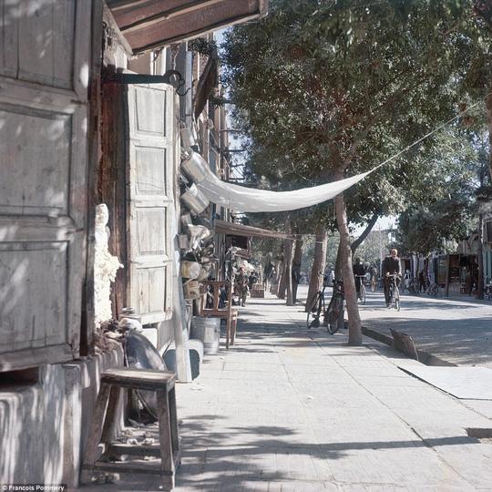 Một con phố bình yên ở thủ đô Kabul năm 1974. Ảnh: Francois Pommery