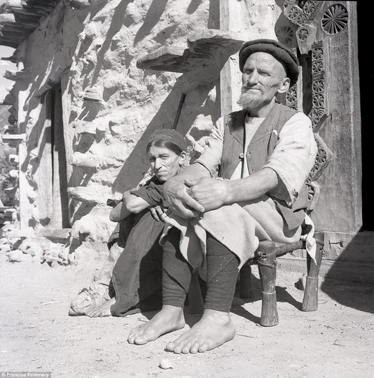 Đôi vợ chồng già ngồi cùng nhau tại làng Waigal, tỉnh Nuristan, năm 1969. Ảnh: Francois Pommery