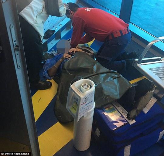 Do gặp thời tiết xấu, máy bay rung lắc dữ dội khiến 1 hành khách gãy chân. Ảnh: Daily Mail