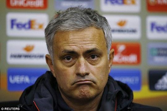 HLV Mourinho bơ phờ sau một chuyến bay dài và phải chịu thời tiết lạnh thấu xương ở Ukraine