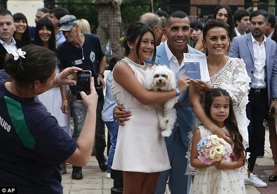 Tevez, vợ và 2 con gái