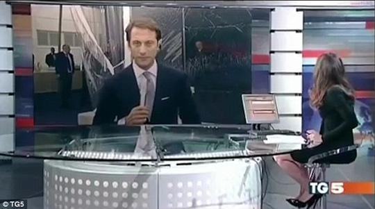 Costanza Calabrese sau đó điều chỉnh trang phục và tư thế ngồi trong khi camera thay đổi góc quay. Ảnh: TG5