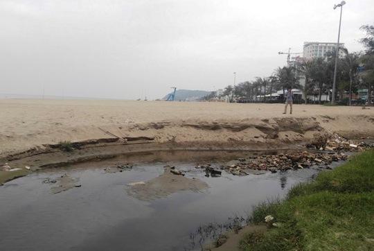 Dòng nước thải chảy ra bãi biển tạo thành dòng rộng và sâu