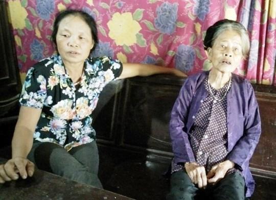 Cụ bà 87 tuổi Lê Thị Quý (phải ảnh) có cuộc sống quá khó khăn nhưng chính quyền địa phương không hề để ý