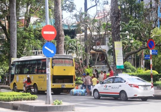 Một xe khách vô tư đón, trả khách trên đường Nguyễn Chí Thanh, đoạn gần khu vực cấm xe