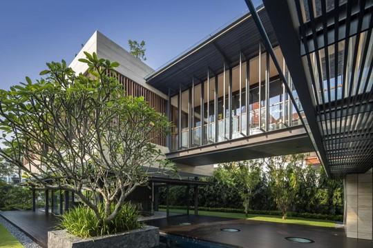 Ngôi nhà gồm hai phần chính, có dạng khối chữ nhật được ghép nối với nhau trên những cột trụ cách xa mặt đất