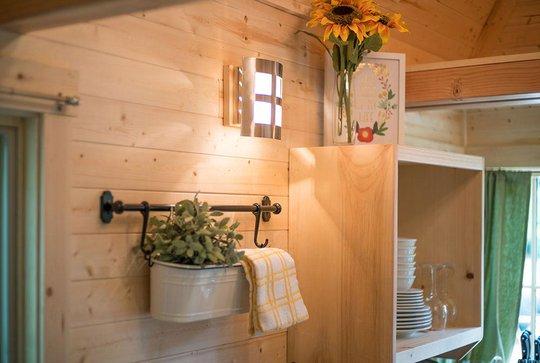 Không gian bên trong được chủ nhà trang trí với hoa tươi và chậu cây cảnh xinh xắn