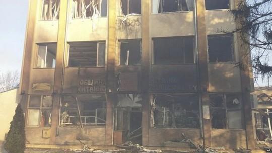Nhà cửa xung quanh bị phá hủy. Ảnh: AP