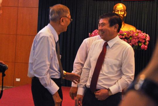 Chủ tịch UBND TP HCM Nguyễn Thành Phong trò chuyện với đại biểu trí thức của TP