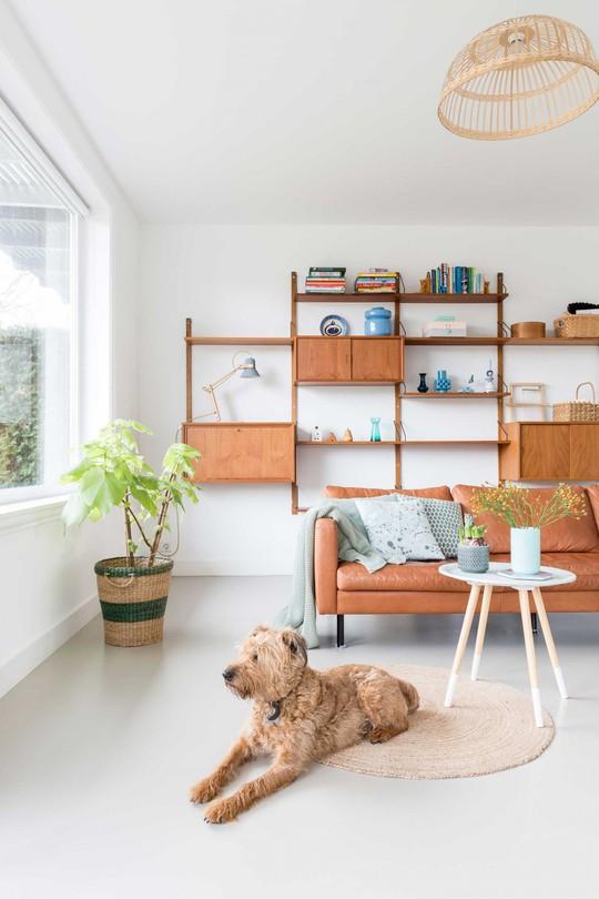 Đồng là một màu sắc thông dụng được sử dụng cho đồ trang trí và đồ nội thất trong ngôi nhà này.