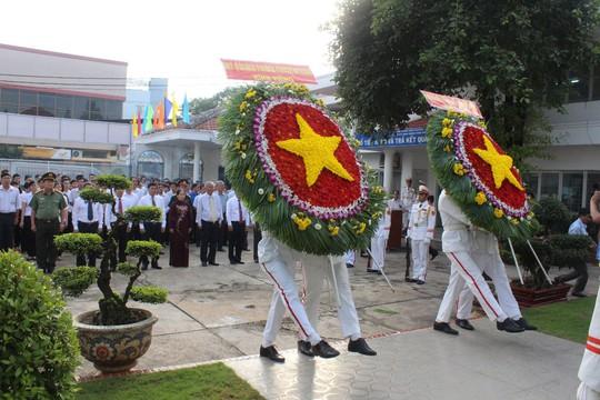 Các đại biểu dâng hoa tại Khu Tưởng niệm liệt sĩ Ngã Ba Giồng và di tích lịch sử - văn hóa Địa điểm dinh quận Hóc Môn