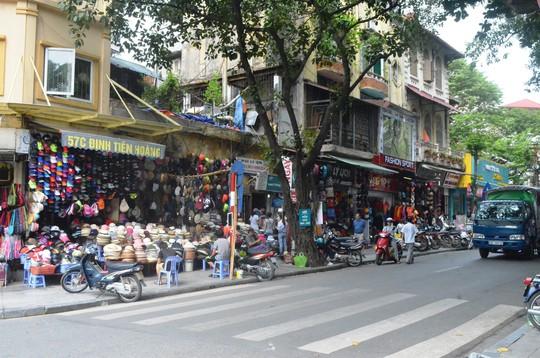 Nhiều hộ kinh doanh ở phố đi bộ hồ Gươm than phiền việc kinh doanh bị ảnh hưởng