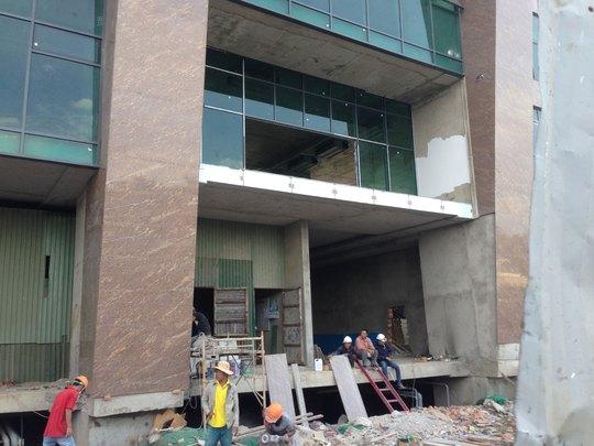 Công nhân vẫn đang làm việc trong công trình Mường Thanh Khánh Hòa vào ngày 21-9 Ảnh: HỒNG ÁNH