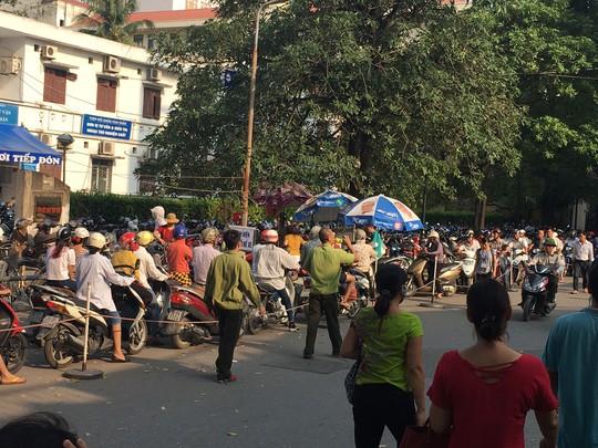 Bệnh viện Bạch Mai (Hà Nội) ngừng trông giữ xe đã gây lo lắng và bức xúc cho người bệnh