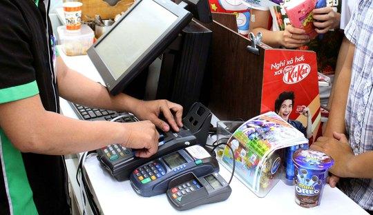 Khách hàng quẹt thẻ thanh toán tại TP HCM. (Ảnh chỉ có tính minh họa) Ảnh: HOÀNG TRIỀU