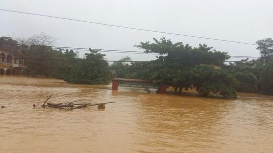 Nhiều trường học ở huyện Hương Khê, tỉnh Hà Tĩnh vẫn ngập sâu trong nước Ảnh: ĐỨC NGỌC