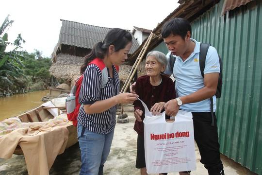 Đoàn công tác Báo Người Lao Động trao quà cho người dân xã Phương Mỹ Ảnh: HOÀNG TRIỀU