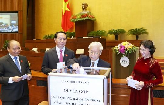 Tại lễ khai mạc kỳ họp, các lãnh đạo Đảng, nhà nước đã tham gia đóng góp ủng hộ đồng bào miền Trung Ảnh: TTXVN