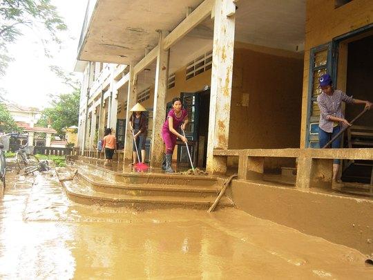 Trường THCS Văn Hóa (xã Văn Hóa, huyện Tuyên Hóa, tỉnh Quảng Bình) ngập bùn sau lũ Ảnh: QUANG NHẬT