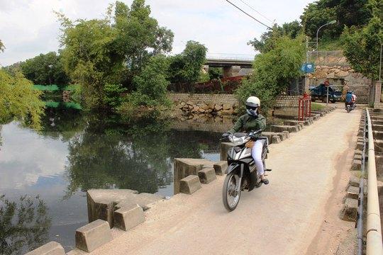 Người dân phải bịt mũi vì mùi hôi thối bốc lên từ sông Cái (đoạn qua xã Vĩnh Ngọc, TP Nha Trang, tỉnh Khánh Hòa)