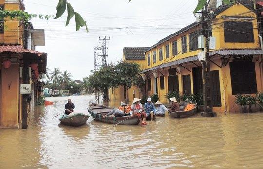 Nhiều tuyến đường ở TP Hội An ngập sâu trong ngày 14-12 Ảnh: LÊ VIẾT HAI