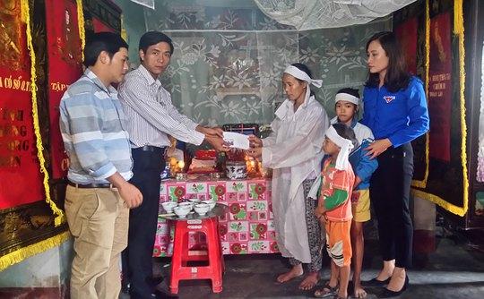 Đại diện Báo Người Lao Động trao 10 triệu đồng hỗ trợ gia đình chị Nguyễn Thị Tuyết Ảnh: MINH TUẤN