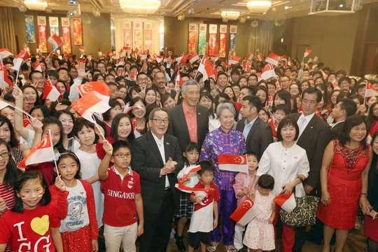 Thủ tướng Lý Hiển Long (giữa) trong chuyến thăm Nhật Bản ngày 27-9. Ảnh: SEAH KWANG PENG