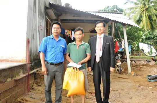 Đoàn đến tận nhà tặng quà cho 5 hộ dân bị ảnh hưởng nặng nề từ đợt lũ lịch sử vừa qua ở tỉnh Bình Định