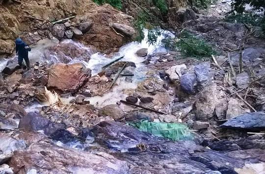 Hiện trường nơi lán trại của những người ở Thanh Hóa hái măng ngủ lại trong rừng bị sạt lở núi cuốn trôi, khiến 2 người chết và 5 người mất tích